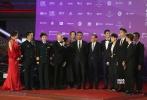 《红海行动》主创集体亮相,掀起全场高潮,导演林超贤、主演黄景瑜、杜江、张涵予、尹昉统一穿着深色西装,英气十足。