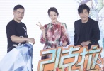 """4月16日,根据同名话剧改编的爱情喜剧《21克拉》在北京举行首映,男、女主角""""王抠抠""""郭京飞和""""刘买买""""迪丽热巴双双亮相。"""