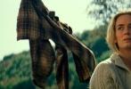 """由美国派拉蒙影片公司出品,约翰·卡拉辛斯基执导并与好莱坞女星艾米莉·布朗特共同主演的惊悚片《寂静之地》将于5月18日在中国内地上映。今日片方发布一款 """"调至静音""""预告,展示了一家人为躲避神秘生物击杀,争取一丝生存的希望,不管是走路还是做其他的事情,都开启""""静音""""模式。"""