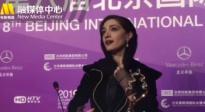 最佳女配角米娜·萨达缇亮相颁奖后台 坦言能获奖是意料之外