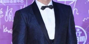 杜江亮相北影节闭幕式红毯 蝴蝶结西装时髦绅士