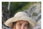 5月6日,钟丽缇混血大女儿张敏钧在微博晒出一组近照。照片中,张敏钧身穿白色雪纺衬衫搭配浅色短裤,带着遮阳帽,在海边开心大笑,充满阳光活力。而另一张照片中张敏钧风格大变,一头卷发搭配深V吊带,性感十足。