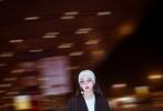 今日,范冰冰一身西装搭配牛仔裤的随性装扮,飒爽现身机场,此行,她将携带新片《355》启程戛纳电影节。据悉,《355》由知名导演西蒙·金伯格执导,这也是范冰冰的第四部国际电影,此行将出席戛纳电影节开幕红毯,并将与《355》一众主创一同现身。