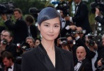法国当地时间5月9日,第71届戛纳电影节开启第一个竞赛日程。主竞赛单元中,阿斯哈·法哈蒂执导的开幕片《人尽皆知》、埃及新片《审判日》举行了首映。在首映红毯上,我们可以看到王丽坤、李宇春等熟悉的面孔亮相。而在《审判日》首映时,王丽坤更是和日本演员水原希子共同走上红毯,两人举止十分亲昵。