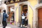 """《中餐厅2》全员半日偷闲逛小镇,首迎飞行嘉宾""""皇阿玛""""。"""