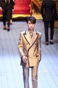 王俊凯受邀米兰时装周二度走秀 下班变回