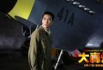 """电影《大轰炸》今日发布""""血色长空""""版制作特辑,其中有关空战部分的幕后拍摄和全新正片画面有了一次集中呈现,不仅曝光了空军战线主要角色的身份和职业,亦让人感叹大轰炸剧组为刻画这些时代英雄的艰苦付出,更是以敬畏之情向在二战东方战场上和法西斯殊死战斗的中国人民以及参加援华抗战的美国、苏联、韩国的飞行勇士致敬!"""