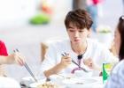 王俊凯《中餐厅2》今晚开播 初试身手获好评不断!