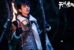 """电视剧《天坑鹰猎》曝光了一组王俊凯全新剧照和花絮,王俊凯与剧中""""魔宠""""白将军上演高萌甜宠日常。"""