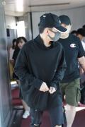 易烊千玺全黑现身机场 终于回京参与周年集训