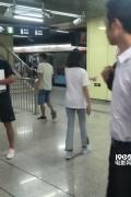 网友偶遇郑爽北京地铁拍戏 休闲打扮妆容朴素