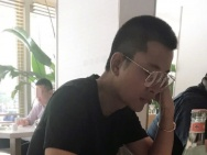 网友偶遇贾乃亮独自吃饭 板寸配眼镜man力十足