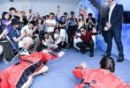 """8月30日,《碟中谍6:全面瓦解》在奥体中心举办""""高跳低开""""风洞体验活动,汤姆·克鲁斯和导演克里斯托夫·迈考利一同出席,分享影片的拍摄幕后。现场,阿汤哥亲自示范""""高跳低开""""跳伞技能,并指导志愿者学习专业基础动作。之后,他更带领专业教练和志愿者们到""""风洞""""简单体验了一把。"""