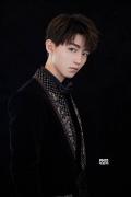 王俊凯受邀出席时尚盛典 贵族造型亮相云间红毯