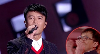 李克勤演唱经典歌曲《红日》 成龙章子怡台下跟唱超嗨