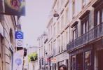 """9月19日,火箭少女101组合成员吴宣仪晒出在法国街头的美照,并配文称:""""波尔多合影系列。"""""""