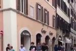 网友罗马街头偶遇邓伦 一个小动作被暖到心坎里!