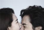 """9月29日,戚薇与丈夫李承铉为《时尚健康》拍摄的封面d8899尊龙娱乐游戏曝光,夫妻二人全裸出镜为""""粉红丝带""""公益活动应援。"""