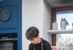 """在《中餐厅2》节目里,王俊凯凭借精湛的烹饪厨艺圈粉不断,为大家在线更新菜品,一道道美食不仅锁住了顾客们的胃,也印证了自己作为主厨的全能实力。一句""""爸爸,我成功了""""昭告大家菜单又可以更新啦,再度当叔的小凯也是越来越稳了!"""