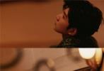 """北京时间10月1日凌晨,王源受邀请出席2019巴黎时装周,以一身冷峭与奔放并存的淡绿色蛇皮纹皮质外套,搭配浅绿色长袖T恤亮相活动现场。印花红色束腰裤则与上身装扮形成大胆撞色,跳出大众的""""安全色""""打破常规。"""