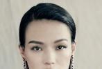 近日,舒淇六度登《VOGUE》封面大片曝光。利落的披肩长发,搭配精致独特的妆容。整组大片的服、饰风格也是简约的黑白配色,寡淡风格完美诠释出舒淇冷艳美人的别样魅力。