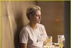 """北京时间10月10日,由伊丽莎白·班克斯执导的新版《霹雳娇娃》开拍,""""暮光女""""克里斯汀·斯图尔特短发帅气亮相、埃拉·巴林斯卡以及诺亚·琴蒂内奥也一同现身片场。该片预计将于明年9月27日北美公映。"""