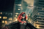 露比·罗丝《蝙蝠女侠》首发定妆照 红发蝙蝠标志