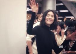 网友偶遇刘雯参加活动笑容满分 晒侧面照瘦成闪电