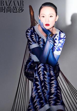 周迅着高级时装登《时尚芭莎》 娇小身材气场十足