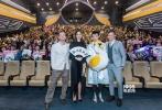 《神奇动物:格林德沃之罪》近日在京举办了隆重的中国首映礼活动,当晚准备的精彩片段全球抢先预览,四位主演埃迪·雷德梅恩、裘德·洛、凯瑟琳·沃特森与埃兹拉·米勒惊喜亮相影院,现场火爆。