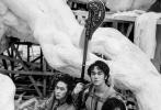 由乌尔善执导的中国人自己的英雄神话史诗电影《封神三部曲》目前正在青岛紧张拍摄中,自从项目相关信息公布以来,大众最为关心的演员部分始终披着神秘的面纱。11月2日,于封神演艺训练营中脱颖而出的年轻演员正式亮相。在讲述他们训练过程的主题纪录片与《时尚先生》杂志刊登的大片中,身材健硕、气宇轩昂、充满了雄性荷尔蒙力量的这群年轻演员为业界带来一种健康的美感和一股充满原始男性美的阳刚之风。