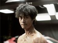 《飞驰人生》张本煜为沈腾修赛车 造型突破秀肌肉