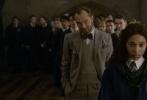 """由《哈利·波特》作者J.K.罗琳全新创作的《神奇动物:格林德沃之罪》日前发布""""揭秘邓布利多""""版特辑,J.K.罗琳、邓布利多饰演者裘德·洛、约翰尼·德普、""""小雀斑""""亲自讲述他们对魔法世界传奇人物邓布利多的理解。"""