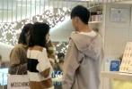 11月9日,有网友通过微博晒出在上海偶遇郑爽跟男友张恒一起逛街、看电影的照片。
