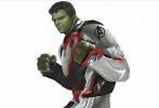 """近日一组《复仇者联盟4》概念图疑似泄露,组图中雷神、绿巨人、美国队长等成员悉数亮相,其中黑寡妇梳起了麻花辫。他们身穿的战衣是头一回见。 有外国网友指出图片中队员们穿的是""""量子战衣"""",此战衣是进入量子领域的装备。"""