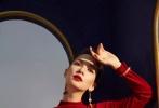 """近日,卢靖姗多组写真照曝光,大气的混血面容加上时尚优雅的气质,她备受媒体青睐,在《跨界歌王》中惊艳大秀复古百老汇风的卢靖姗,曾打趣自己是""""生错了时代"""",而这些抓人眼球的写真大片也印证了她有多适合复古风。无论是格纹双排扣与丝巾、长裙,还是正红毛呢套装与波点、大檐帽的组合,亦或是利落西裤肩披质感大衣,种种搭配都尽显风情,丝绒、皮革、绸缎、金属、珍珠、红唇,这些vintage的元素与卢靖姗和谐交融,她的举手投足之间尽是复古美人的优雅。"""