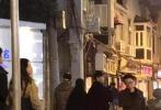 11月29日,有网友晒照表示偶遇郑爽和男友张恒深夜压马路。