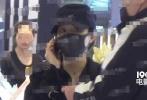 12月3日,有媒体曝照赵丽颖和男助理现身商场购物。照片中,赵丽颖身穿宽松的长款大衣,头戴黑帽子,口罩遮面,全副武装,脚上更穿着平底鞋。