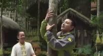 贾乃亮走进海南保亭 爬槟榔树跳打柴舞体验黎族文化