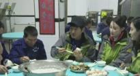 脱贫攻坚战星光行动 郭晓东、林鹏出海前享受渔民早餐