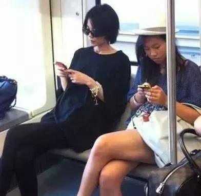 在地铁被偶遇明星,那时候王菲身边的窦靖童还是长发