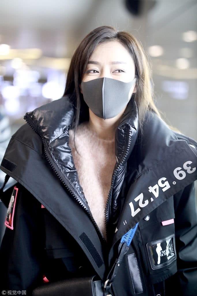 秦岚潮味棉服亮相机场变酷女孩 口罩遮面