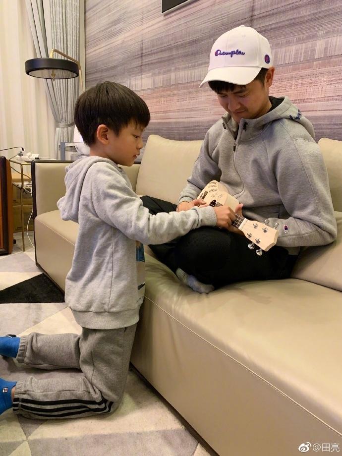 田亮儿子跪地教弹琴,7岁小亮仔长腿瞩目