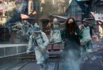 """由享誉世界的著名导演彼得·杰克逊打造的最新科幻史诗巨制《掠食城市》今日发布了""""复仇少女战神""""版特辑。陪伴更多片中少女主角赫斯特·肖如何顽强生存画面的曝光,彼得·杰克逊与海特的饰演者海拉·希尔莫也现身解读这一角色背后的坚韧和生存动力。电影将于1月18日全国上映。"""