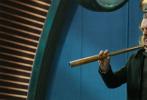 """由执导过《指环王》《霍比特人》系列的著名导演彼得·杰克逊打造的全新科幻史诗巨制《掠食城市》今日发布""""未来世界""""版预告,彼得·杰克逊惊喜亮相化身""""讲解员"""",为观众介绍未来世界中弱肉强食的残酷生存法则。预告中大城吃小镇、小镇吃村落的科幻奇观令人叹为观止,飞速移动中的伦敦城更是突破想象。影片将于1月18日全国上映。"""