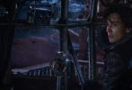 """由享誉世界的著名导演彼得·杰克逊打造的最新科幻史诗巨制《掠食城市》今日发布全新""""流浪学霸""""版人物特辑,震撼揭秘罗伯特·席安饰演的男主角汤姆·纳茨沃西,一个在牵引城市伦敦城中成长起来的底层年轻才俊,整日伴随引擎声生活,却意外被迫流浪荒原,踏上险象环生的生死冒险之旅。"""