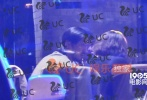 """近日,有媒体拍到王传君和章宇等好友在街边话别,然而章宇踮脚向王传君索吻的""""大尺度""""画面,章宇还将脸埋在王传君脖子里,两人深情相拥,甜蜜互动被网友调侃称二人""""恋情曝光""""。"""