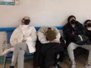 《偶2》练习生集体患感冒? 统一服装看病尽显疲态