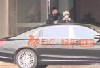1月16日,有媒体曝出近日冯绍峰、赵丽颖夫妇返京的照片。