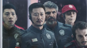 """《流浪地球》发布终极预告  有种的中国人""""为家而战"""""""